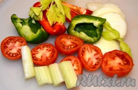 Овощи помыть, обсушить, нарезать произвольно, как вам захочется. Я нарезала достаточно крупно.