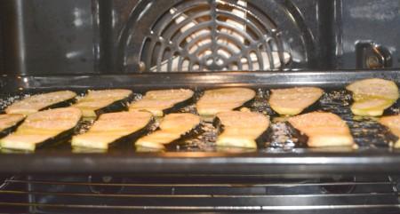 Противень отправить в заранее нагретую до 200 градусов духовку примерно на 20 минут до готовности баклажанов.