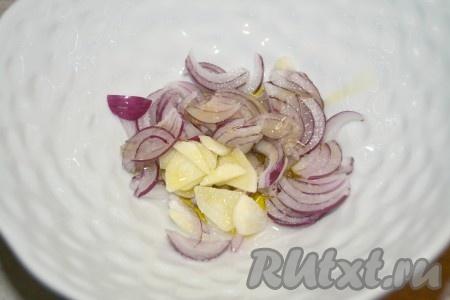 Пока баклажаны немного остывают, можно заняться луком и соусом. Для этого лук нарезать тонкими хлопьями, чеснок нарезать тонкими пластинами. Добавить соль, оливковое масло.