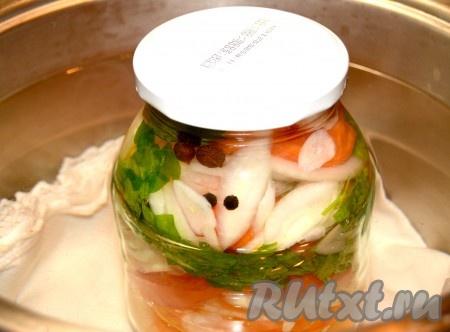 Затем прикрыть банку крышкой и поставить в ёмкость (например, кастрюлю) с водой. На дно кастрюли не забудьте положить тряпочку. Поставить кастрюлю с банкой на огонь и стерилизовать банку салата из помидоров с луком 10 минут (после закипания).