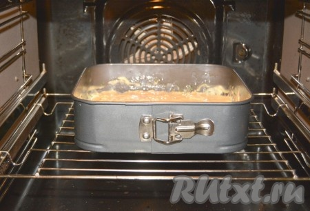 Отправить форму с пирогом в заранее нагретую до 190 градусов духовку.