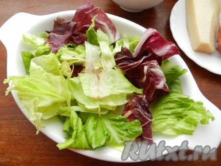 Салат с грудинкой лучше подавать позиционно.  На тарелку выложить салатный микс.