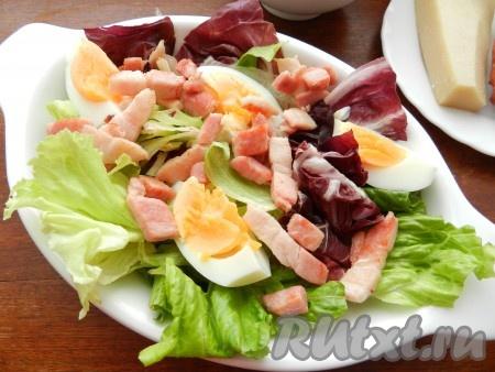 Яйца отварить, очистить, разрезать на 4 части и добавить в салат вместе с грудинкой.