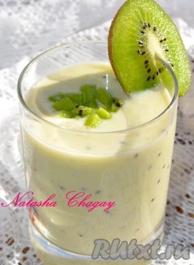 Разлить коктейль с молоком, творогом и фруктами по стаканчикам, украсить долькой киви или банана. Приятного аппетита и бодрого дня!!!