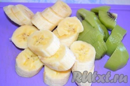Киви и банан очистить, порезать.