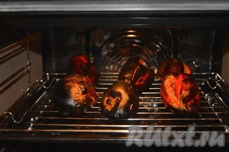 Примерно через 45 минут кожица перца потемнеет и почернеет, тогда можно вытащить его из духовки.