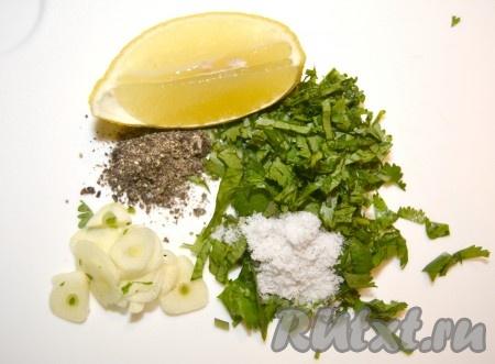 Для заправки приготовить лимон, чеснок, порезанную зелень, соль и перец. Если перец будет свежемолотый, то это значительно улучшит вкус запеченных перцев.