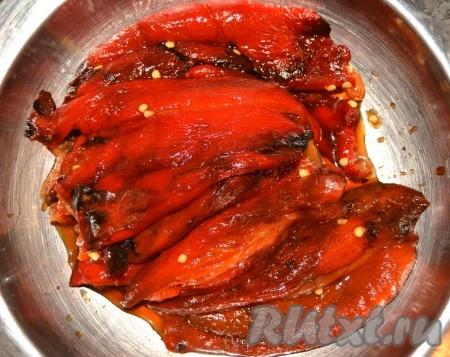 Очищенные запеченные болгарские перцы сложить в миску.