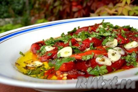 Накрыть блюдо с перцами пищевой пленкой и убрать в холодное место от 1 до нескольких часов. За это время болгарский перец, запеченный в духовке, пропитается вкусной заправкой и будет готов к употреблению.
