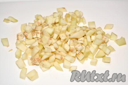 Баклажаны очистить от кожуры, нарезать мелким кубиком и отправить в сковороду к овощам.