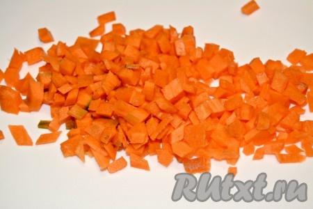 Морковь нарезать мелким кубиком и отправить обжариваться к луку.