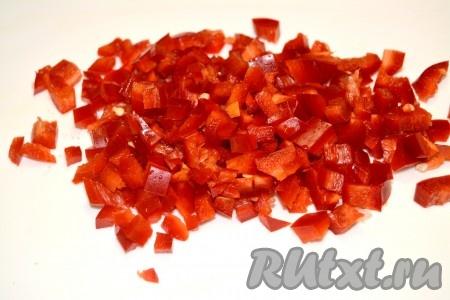 Сладкий перец нарезать мелким кубиком и добавить в сковороду к овощам.