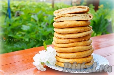 Готовые лепешки с картошкой вытащить из духовки, смазать сливочным маслом, накрыть полотенцем и дать им остыть.
