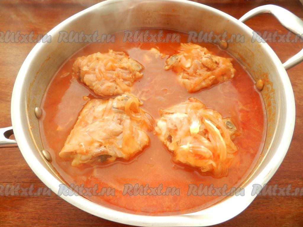 Тушеные куриные бедра с картошкой рецепт