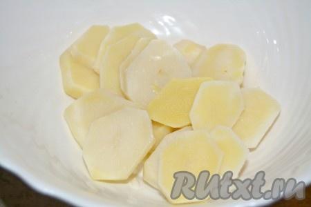 Картофель отварной холодный нарезать кружочками и сложить в миску.