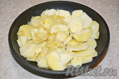 Выложить в горячее растопленное масло картофель с луком.
