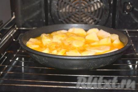Отправить сковороду с картофельной тортильей в заранее нагретую до 180 градусов духовку на 20 минут.