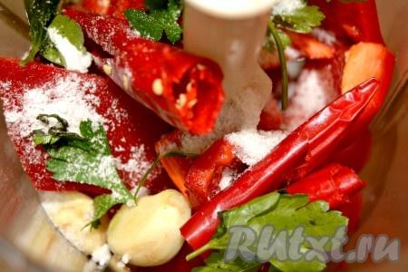 Подготовленные продукты сложить в блендер. Добавить соль.