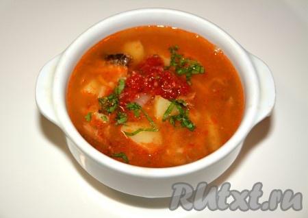 Готовый суп можно разливать по тарелкам. Для улучшения вкуса можно прямо в тарелку добавить сырую аджику, что дополнит пикантности супу с килькой в томатном соусе. Посыпать зеленью.