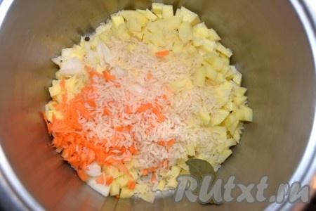 Сложить в кастрюлю нарезанные овощи, засыпать рис, не забыть положить соль, перец, лавровый лист. Залить холодной водой, довести суп до кипения, уменьшить огонек и варить 30-40 минут, пока все овощи с рисом не разварятся и не будут готовы.