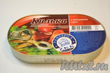 Затем открыть банку с килькой в томатном соусе и отправить кильку, вместе с томатным соусом, в суп.