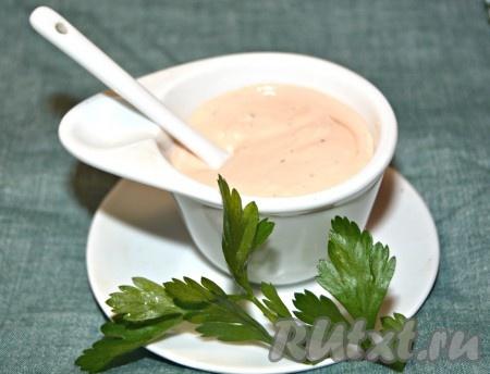 """Переложить в соусник и можно сразу подавать на стол. Соус """"1000 островов"""" станет прекрасным дополнением ко многим блюдам. Обязательно попробуйте его приготовить!"""