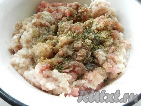К мясному фаршу добавить прокрученный через мясорубку лук, соль и перец - по вкусу, специи, укроп.