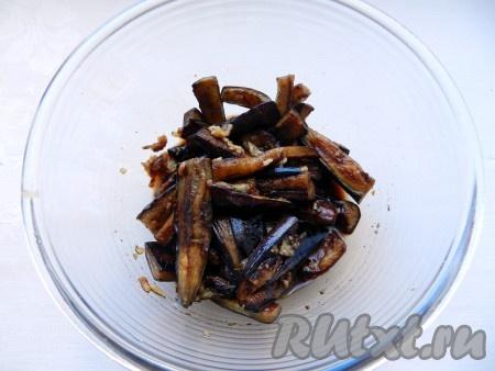 Обжаренные баклажаны сложить в маринад, перемешать, чтобы кусочки баклажана равномерно покрылись маринадом, и оставить на 30 минут.