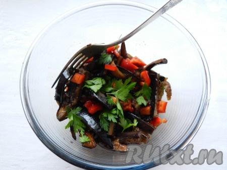 Добавить к баклажанам перец и листья петрушки, все перемешать. Если хотите, чтобы салат был острее, можно добавить свежий перец чили.