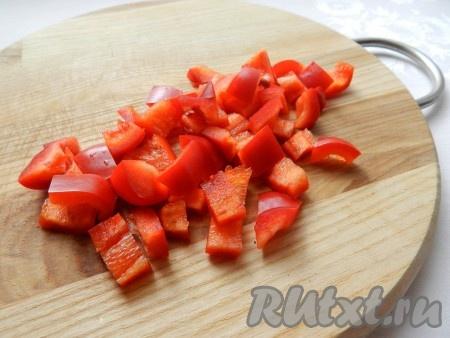 Нарезать болгарский перец.