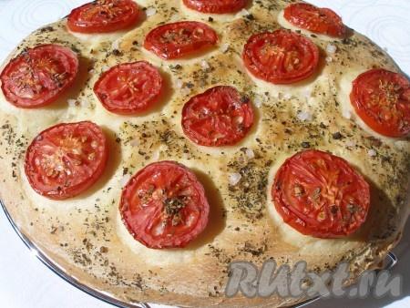 Готовый хлеб с помидорами переложить на решетку и остудить.