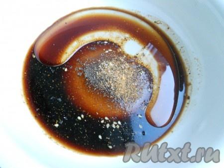 Приготовить маринад: в глубокой посуде смешать все ингредиенты. Перемешать. Воду влить в последнюю очередь.
