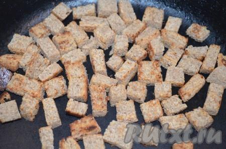 Для сухариков порезать 2-3 ломтика хлеба маленькими кубиками и подсушить на сковороде.
