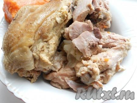 Добавить черный перец горошком и душистый перец. Далее варить курицу еще 3-4 часа на самом слабом огне, не допуская, чтобы бульон сильно кипел. В конце добавить лавровый лист, кипятить 5-6 минут, затем - измельченный чеснок и желатин предварительно замоченный в небольшом количестве холодной воды). Аккуратно размешать бульон с мясом и выключить газ. Дать бульону настояться до теплого состояния, выложить курицу в миску. Когда мясо остынет, отделить его от костей и порезать небольшими кусочками или порвать руками.