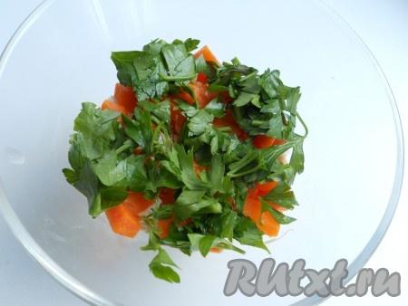 По формочкам разложить слой мяса, далее слой порезанной кубиками отварной моркови, сверху - листики петрушки.
