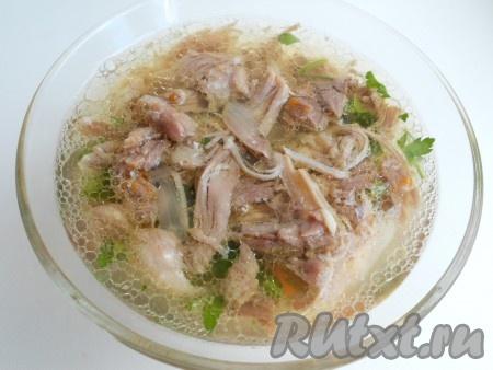 И снова выложить слой мяса. Залить аккуратно охлажденным и процеженным бульоном до верха.