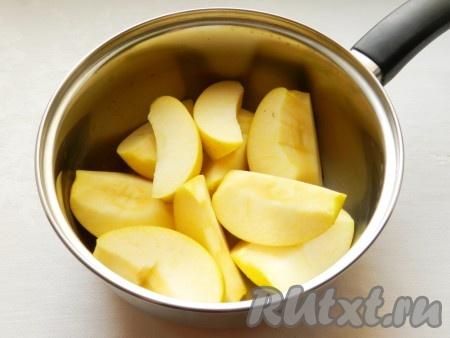 Яблоки нарезать четвертинками, очистить от сердцевины, сложить в сотейник, добавить 2 столовые ложки воды и тушить на медленном огне 20-30 минут, чтобы яблоки стали мягкими.