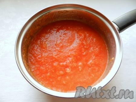 Соединить оба вида пюре - томатное и яблочное, поставить на огонь и варить 20 минут, постоянно помешивая.