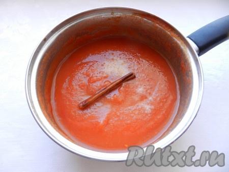 """Затем добавить в соус соль, сахар и специи. Варить на медленном огне еще 15-20 минут. При этом домашний """"Краснодарский"""" соус уварится и станет гуще. За 5 минут до окончания приготовления влить уксус. Из готового соуса вынуть палочку корицы, соус в горячем виде разлить по стерилизованным банкам, закрыть крышками, остудить и убрать для хранения."""