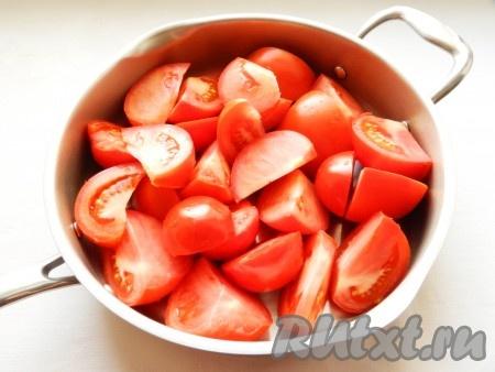 Разрезать помидоры на четвертинки, выложить в сотейник, добавить 2 столовые ложки воды и поставить на огонь. Варить до полного размягчения помидоров, примерно 30 минут (в зависимости от их размера и сорта).