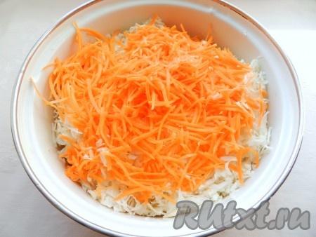 Морковь натереть на терке или в кухонном комбайне.