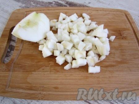 Нарежьте яблоко.