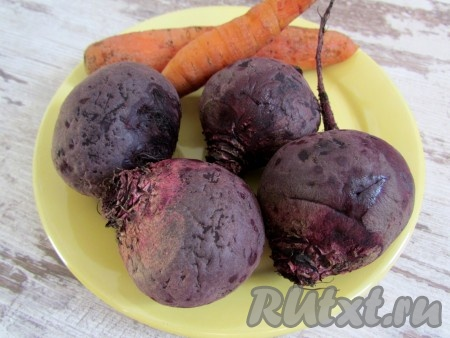 Морковь и свеклу тщательно вымойте и отварите до готовности.