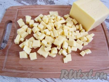 И сыр нарежьте мелкими кубиками.