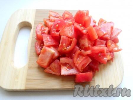 Залить кипятком на 3-4 минуты, слить воду, очистить от кожицы. Далее, порезать небольшими кусочками.