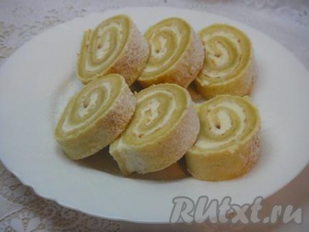 Затем достать, посыпать сахарной пудрой и подавать к чаю очень вкусный бисквитный рулет с творожным кремом!