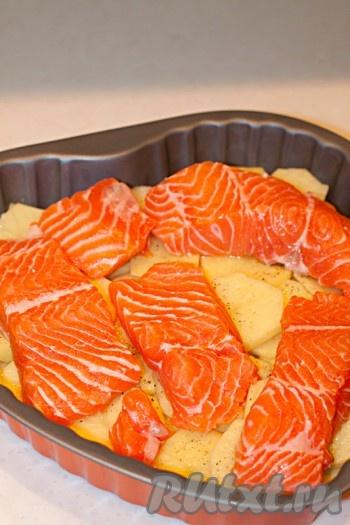 Порционные куски форели выложить поверх картофеля, посолить.