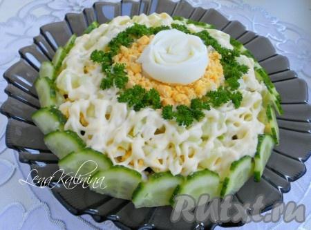 """Украсить замечательный и вкусный салат """"Нежность"""" с черносливом огурчиком, яйцами и зеленью. Салат готов, можно удивлять и радовать своих родных и гостей!"""