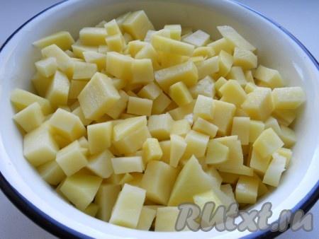 Картофель очистить, помыть и порезать кубиками.