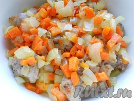 Выложить перец и лук с морковью в кастрюлю сверху свинины.